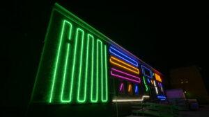 Interarktiv neonljus installation av Spider Tag